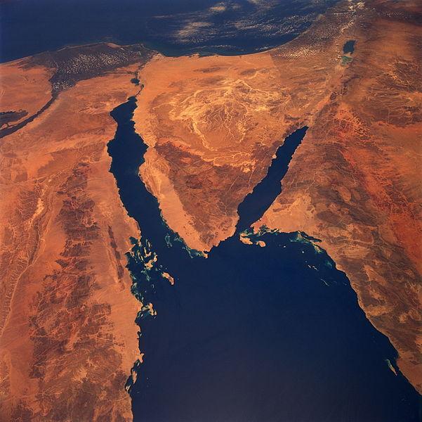 모세가 가른 홍해. 삼각형 지대 왼쪽이 이집트 바로 앞의 바다가 홍해다.