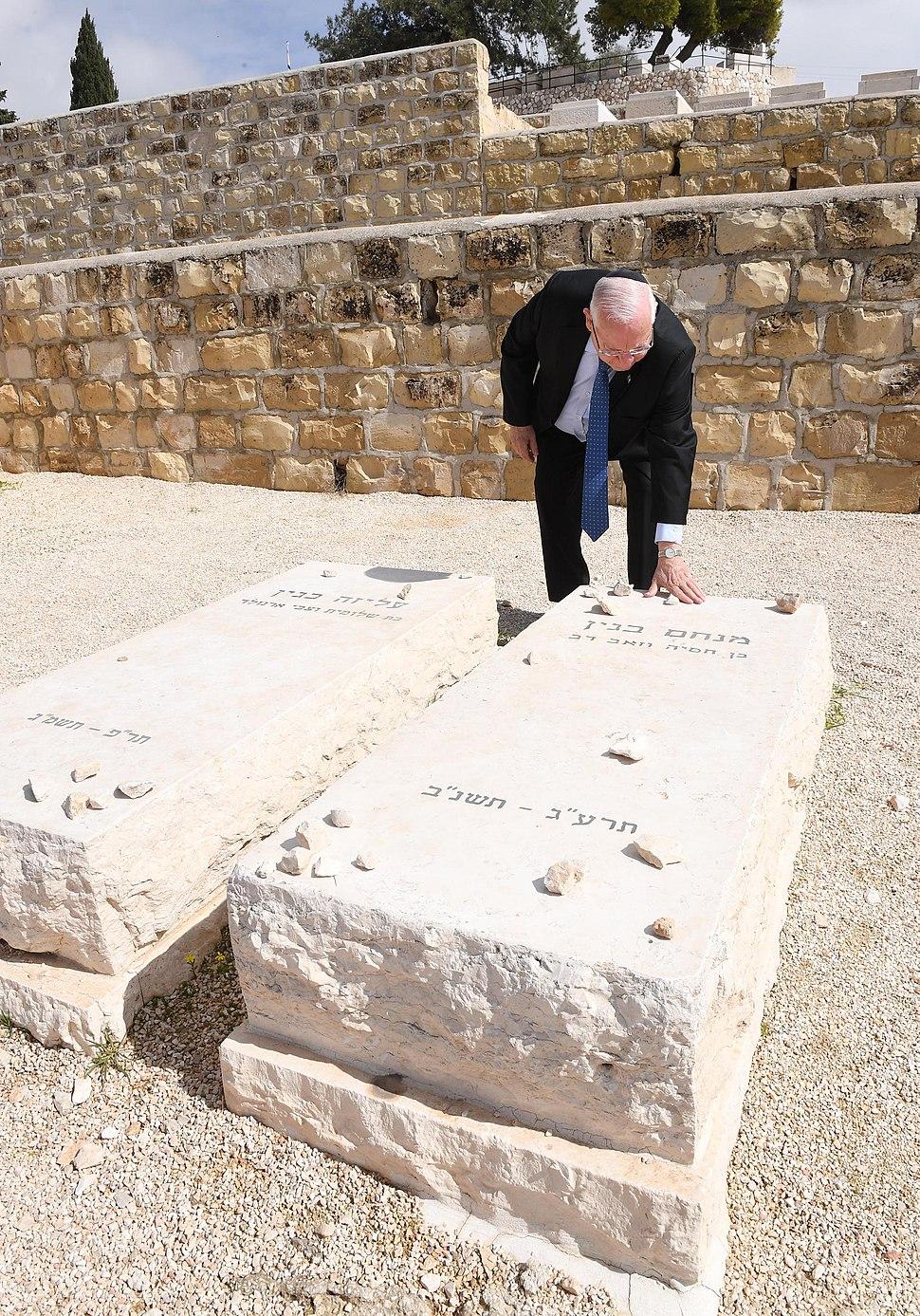 Reuven Rivlin visiting the grave of Menachem Begin, February 2018 (8305)