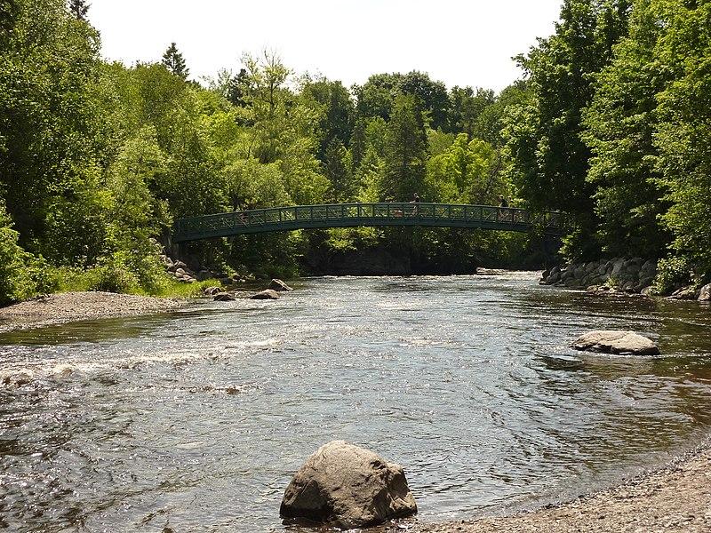 File:Rivière Saint-Charles parc Chauveau jul 2009.JPG