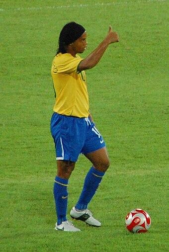 e23d27d526 Ronaldinho atuando pela Seleção Brasileira nas Olimpíadas.
