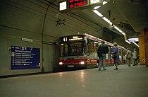 トラム地下駅に乗り入れた「デュオバス」
