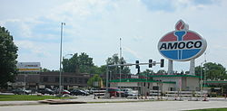"The Amoco sign at the corner of Clayton Avenue and Skinker Boulevard is a famous landmark that is viewable from I-64/US-40. On the left, below the ""Lemonade"" sign, is the Hi Pointe Theatre and the Par Lounge next door."