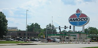 """Hi-Pointe, St. Louis - The Amoco sign at the corner of Clayton Avenue and Skinker Boulevard is a famous landmark that is viewable from I-64/US-40.  On the left, below the """"Lemonade"""" sign, is the Hi Pointe Theatre and the Par Lounge next door."""