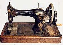 Vecchia macchina Singer a manovella. Sulla destra, lateralmente, si nota il meccanismo per la formazione del rocchetto per la spoletta