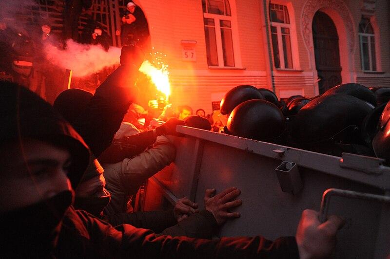 ไฟล์:Soldiers of Ukraine's Internal Troops in riot gear and protesters clash at Bankova str, Kiev, Ukraine. December 1, 2013.-2.jpg