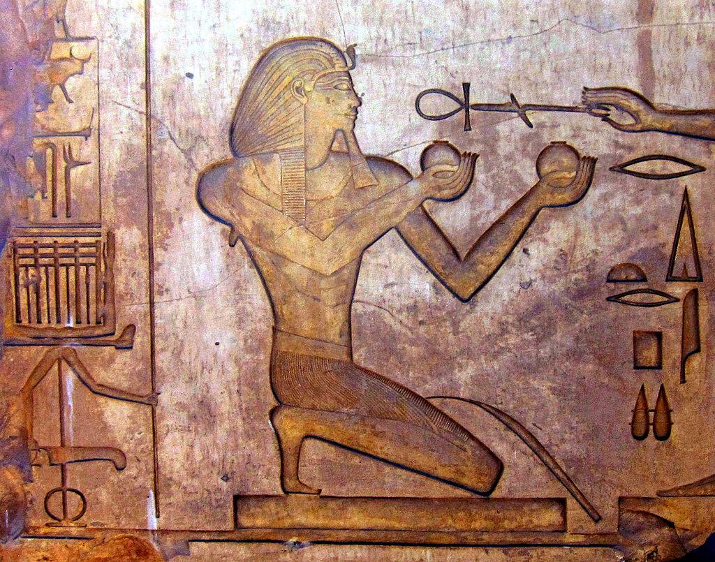 El esplendor de Egipto 1024px-Stone_block_with_relief_at_Karnak_Temple_Thutmosis_II