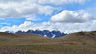 Surrounding Mountains and grassland, Chandra Taal (Lake), HP, India, D35 7279nx-01.jpg