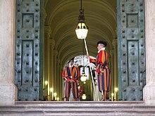 Guardie Svizzere in servizio presso il Portone di bronzo in Vaticano