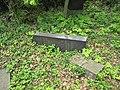 Třebotovský židovský hřbitov, padlá náhrobní stéla.jpg