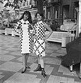 Teenbeat Look 1966, zwart-wit geblokt dessin van couturie Henk Wichers, Bestanddeelnr 918-1849.jpg