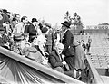 Tenniswedstrijd Frankrijk-Engeland op Roland Garros, Engelse ambassadeur (staand, Bestanddeelnr 190-0748.jpg