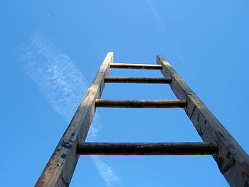 English: ladder and sky.