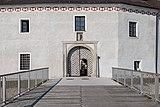 Traun Schloss Portal Brücke-4087.jpg