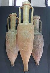 Trois amphores à vin dont une Dressel 1B conservées au Musée Saint-Raymond de Toulouse / Carole Raddato CC BY-SA via Wikimedia Commons