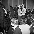 Twee meisjes verkleed als matroos op een dansfeest met overwegend jonge dames, Bestanddeelnr 254-0151.jpg