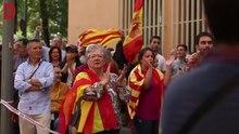 File:Un centenar de persones en suport a la Guàrdia Civil davant la caserna de Travessera de Gràcia (2017-09-21).webm