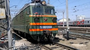 Файл:VL80T-2001 with freight train, Rostov.webm