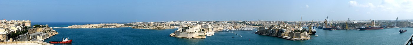 A Port Il-Kbir panorámája Valletta felől. Az öblök balról: Rinella Bay, Kalkara Creek, Dockyard Creek, French Creek