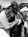 Verpleegster geeft vuurtje (2948561947).jpg