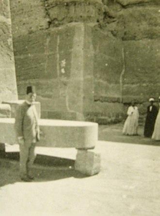 Unfinished Northern Pyramid of Zawyet El Aryan - Image: Vue 2 grande excavation