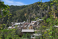 Vue sur le village de Péone en descendant de Valberg.JPG