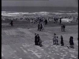 Bioscoopjournaal uit 1946. De Nederlands kunnen weer naar het strand, maar de Tweede Wereldoorlog heeft zijn sporen aan de stranden nagelaten: bunkers; kapotte huizen; resten van versperringen; stukken strand die niet betreden mogen worden wegens aanwezigheid van mijnen; een zandvlakte in de duinen op de plaats waar vroeger de boulevard van Zandvoort was; de pier van Scheveningen is verdwenen.