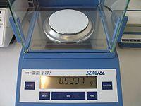 Eine Laborwaage, die auf das Milligramm genau wiegen kann.