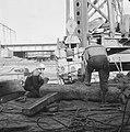 Werkzaamheden aan IJ-tunnel. Machine drilt palen in de grond, Bestanddeelnr 913-4592.jpg