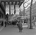 Winkelpubliek langs de verkoopstalletjes van warenhuis Printemps, aan de Bouleva, Bestanddeelnr 254-0350.jpg
