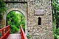 Zamek Cisy - Wejście na teren ruin - panoramio.jpg