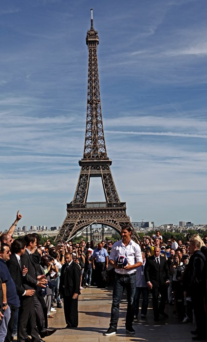 Zlatan Ibrahimovic greeting PSG fans with the Eiffel Tower in the background