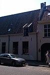 foto van Panden met gepleisterde gevels en mooi, doorlopend zadeldak, waarin dakkapel met fronton