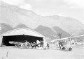 Zwei verschiedene Flugzeugtypen vor dem Hangar - CH-BAR - 3238582.tif