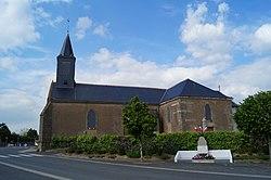 Église Saint-Urbain et monument aux morts de Saint-Urbain (Éduarel, 8 mai 2017).jpg
