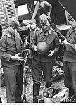 Żołnierze Luftwaffe oglądają zdobyczną polską broń.jpg