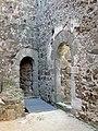 035 Castell de Montsoriu, pati del recinte sobirà.jpg