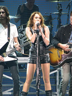 "7 Things - Cyrus performing ""7 Things"" on the Wonder World Tour"