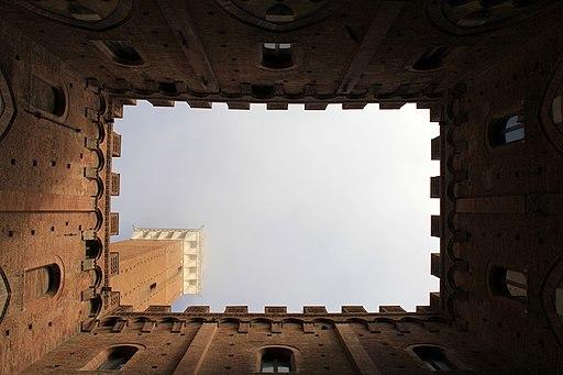 Il cortile del Podestà e la Torre del Mangia visti dall'interno del Palazzo Comunale, Siena