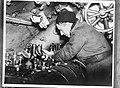 Aan boord van een Nederlandse onderzeeboot. Reparaties zijn altijd nodig, ingeni, Bestanddeelnr 934-9907.jpg
