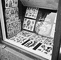 Afbeeldingen van tatoeages in de etalage van de winkel van tato Jack, Bestanddeelnr 252-9234.jpg