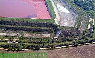 Ajka alumina plant accident - Image: Ajkai vorosiszap tarozo (3)civertanlegi