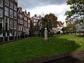 Amsterdam - Begijnhof huizen met beeld op de voorgrond.jpg