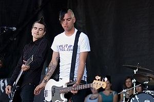 Justin Sane und Chris #2 von Anti-Flag auf der Warped Tour 2006; Quelle: de.wikipedia.org