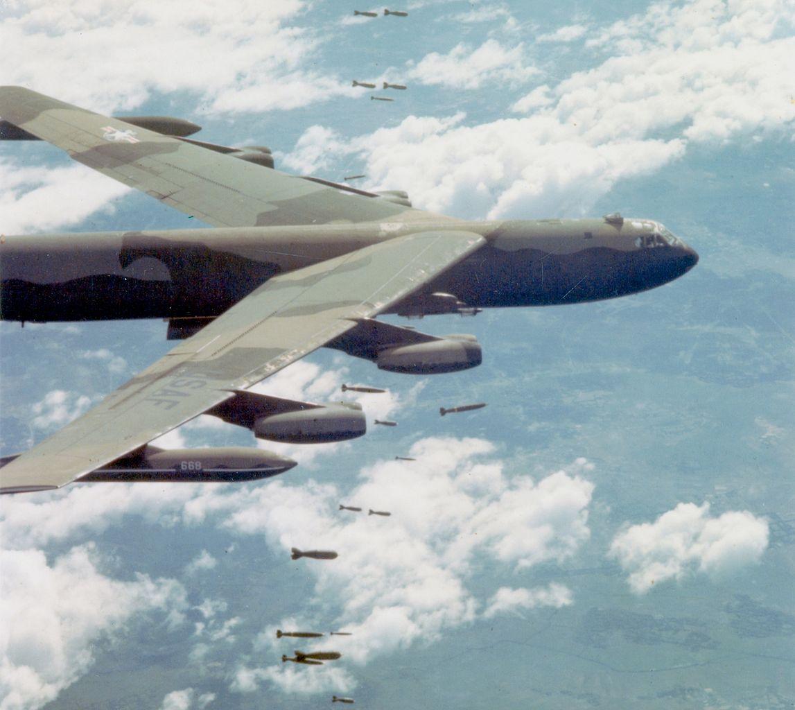 Fitxer:B-52D dropping bombs over Vietnam.jpg - Viquipèdia, l ...