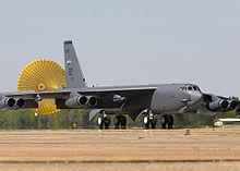 B-52H in fase di atterraggio con l'ausilio di un parafreno. In evidenza il carrello d'atterraggio multi tandem e l'angolo diedro negativo delle ali.