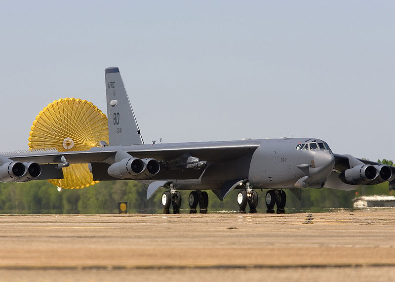 Archivo:B52 landing with drogue chute.jpg