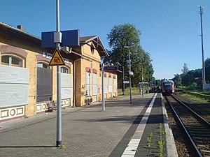 Sandersleben (Anh) station - Platform 3 on the Blankenheim side with second entrance building on an island (2017)