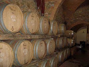 Una cantina per la maturazione del vino in botti