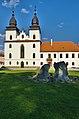Bazilika sv. Prokopa - čelní pohled v popředí s plastikou, Třebíč.jpg