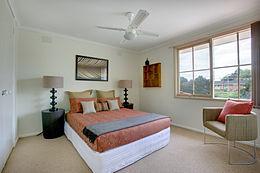 https://upload.wikimedia.org/wikipedia/commons/thumb/0/0d/Bedroom_Mitcham.jpg/260px-Bedroom_Mitcham.jpg